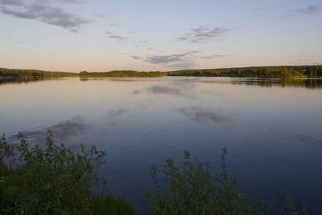 Keskiyön aurinkoa Ounasjoella vuonna 2009.