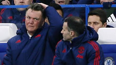 Louis van Gaal ja Ryan Giggs seurasivat joukkueensa peliä sunnuntaina Chelsean Stamford Bridgellä.