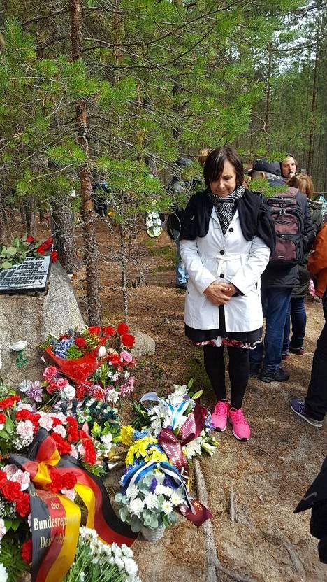 Suomen Pietarin-pääkonsulaatin pääkonsuli Anne Lammila vieraili elokuun alussa sekä Sandarmohin että Krasnyi borin joukkohaudoilla Karjalan tasavallassa. Sandarmohissa teloitettiin Stalinin vainoissa vuosina 1937-38 yli 900 suomalaista ja Krasnyi borissa 580.