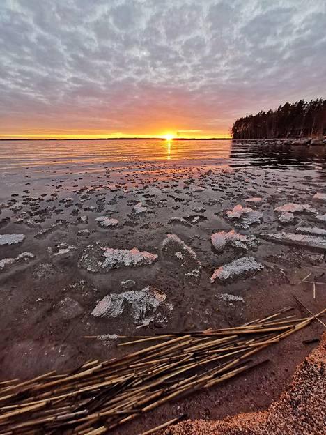 Jäät rannassa. Paikkana Puruvesi, ajankohta huhtikuu 2020.