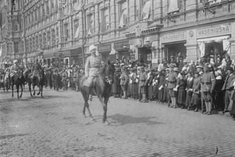 Ylipäällikkö Carl Gustaf Emil Mannerheim ratsastaa Pohjoisesplanadia pitkin valkoisen armeijansa kärjessä.