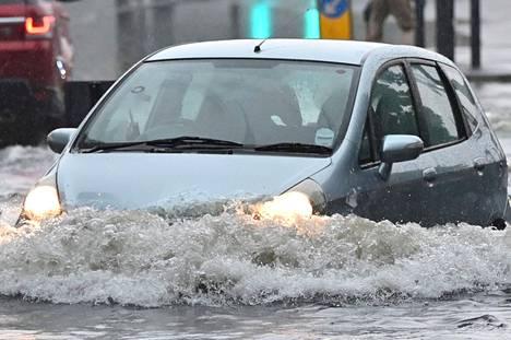 Näin suuri vedenpaljous on Lontoossa harvinaista, vaikka kovat sateet saavat viemärit usein tulvimaan.