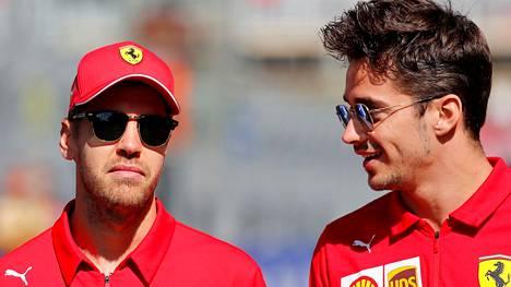 Sebastian Vettel (vas.) lähtee Ferrarilta, jonka leivissä Charles Leclerc jatkaa.