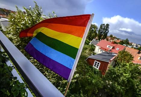 Sateenkaarilippu liehuu yksityisasunnon parvekkeella Sölvesborgissa. Kunnan lipputangoissa ne on kielletty.