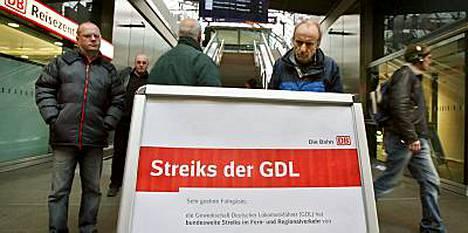 Matkustajat tutkivat eilen Berliinin päärautatieasemalla veturinkuljettajien GDL-liiton lakosta kertovaa tiedotustaulua.