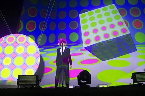 Esitystä elävöitettiin näyttävin ja värikkäin tausta-animaatioin.