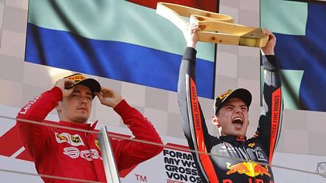 Max Verstappenin (oik.) ohitus Charles Leclercistä puhutti Itävallan GP-kisassa.