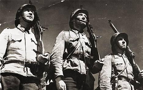 Rahikainen, Lehto ja Määttä seisovat kovennettua Edvin Laineen elokuvassa Tuntematon sotilas.