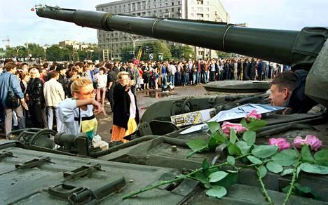 Ihmisketju suojasi Valkoista taloa. Sotilaat kääntyivät Boris Jeltsinin ja demokratiamielisten puolelle.