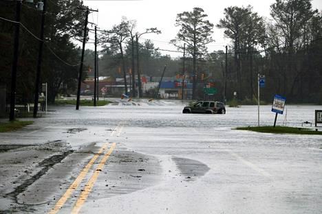 Auto oli jäänyt jumiin tulvaveteen.