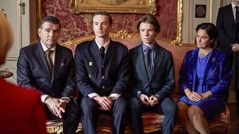 Young Royalsissa Ruotsin kuningasperheeseen kuuluvat Pernilla Augustin näyttelemä kuningatar Kristina (oik.), vasemmalta kuningattaren puoliso prinssi Ludvig (Magnus Roosmann) sekä prinssit Erik (Ivar Forsling) ja Wilhelm (Edvin Ryding).