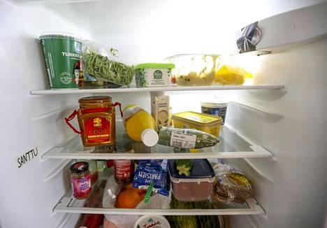 Aloita jääkaapin siivoaminen poistamalla kaapista kaikki ruoat.