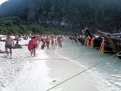 Phi Phin ranta pullisteli turisteista vuonna 2012.