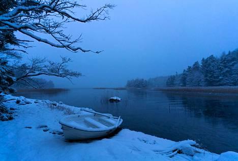 """""""Lähdin tammikuussa lumettomana aamuna kaupunkiin asioille. Palatessa paikalla odotti luminen soutuvene ja hiljalleen jäätyvä meri. Ikuistin kuvan sinisen hetken aikaan. Tämä oli viimeinen kerta talvella, kun pääsin maihin soutuveneellä. Sen jälkeen kulku tapahtui jäitä pitkin. Oli muutamia viikkoja, jolloin en voinut poistua saarelta heikkojen jäiden takia."""""""