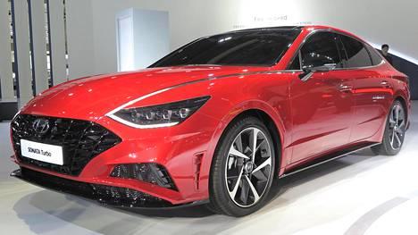 Tällainenkin herkku löytyi jo päättyneestä Soulin autonäyttelystä. Hyundai Sonata pantiin kokonaan uusiksi perusrakennetta ja rohkeasti muotoiltua koria myöten. Urheilullinen Sonata Turbo on etenkin punaisena aggressiivisen ja modernin näköinen.