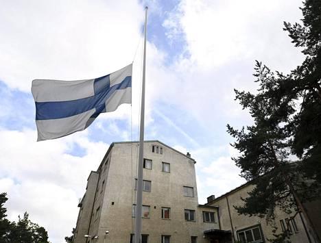 Suomen lippu puolitangossa Pansion vastaanottokeskuksen pihalla Turussa lauantaina 19. elokuuta 2017.