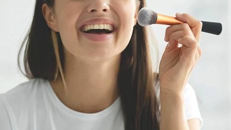 Luonnollisen ihomeikin teko onnistuu pienellä tuunauksella. Meikkipussissa jo olevaa meikkivoidetta ei esimerkiksi tarvitse lähteä vaihtamaan: kun meikkivoiteeseen miksaa mukaan hieman kasvovoidetta, tulee peittävästäkin meikkipohjasta kuulas ja kevyt.