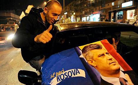 Hashim Thacin kannattajat juhlivat sunnuntai-iltana Pristinassa.