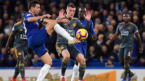 Jamie Vardy (kesk.) teki Leicesterin voittomaalin.