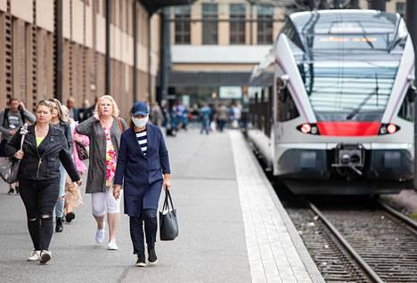 Maskisuositus koskee erityisesti julkista liikennettä, missä turvavälin pitäminen muihin ihmisiin voi olla haastavaa.