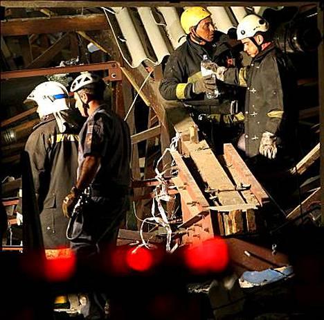 Pelastustyöntekijät etsivät uhreja raunioista.