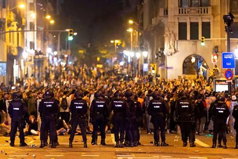Poliisit ja mielenosoittajat vastakkain Barcelonan keskustassa Via Laietanalla maanantai-iltana.