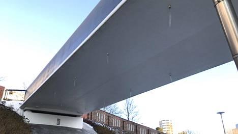 Jääpuikot olivat vielä tiistaina aamupäivällä kiinni sillassa, ennen kuin kaupunki kävi ne sieltä hetkeä myöhemmin poistamassa.