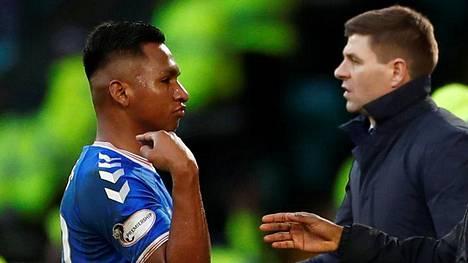 Alfredo Morelos poistui kentältä punaisen kortin saaneena. Glasgow Rangersin manageri Steven Gerrad (oik.) seurasi tilannetta.