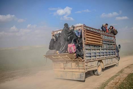 Baghuzista evakuoitiin siviileitä kuorma-autoilla perjantaina.