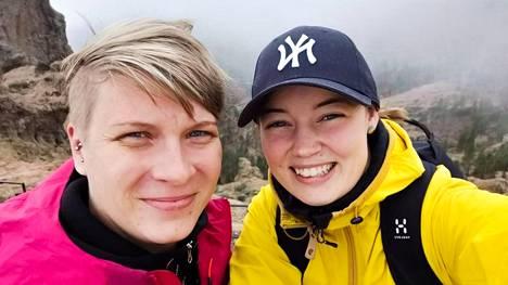Henriikka (vas.) ja Juulia lähtivät Maajussille morsian -ohjelmaan etsimään sulhasia. Lopulta ohjelmasta löytyikin morsian.
