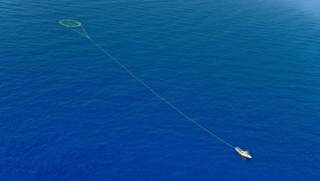 Liikakalastus on yksi syy kalakantojen romahtamiseen. Kuvassa tonnikaloja kalastava vene verkkoineen Välimerellä. Arkistokuva vuodelta 2010.
