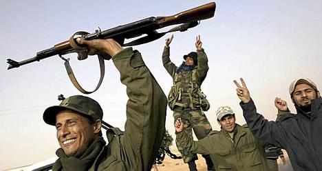 Kapinalliset juhlivat taistelua Muammar Gaddafin joukkoja vastaan.