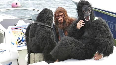 Kimi Räikkönen on viihtynyt Hangossa juhannuksen 2003 jälkeenkin. Tässä hän osallistuu gorillapuvussa (kesk.) venekisaan 2007 taiteilijanimellä James Hunt.