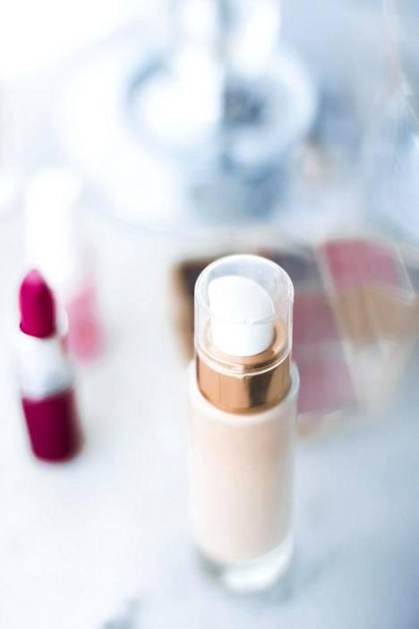 Esimerkiksi meikkivoide voi levittyä hyvin siloksaanien avulla. Levittämisen jälkeen siloksaanit haihtuvat iholta pois ja jättävät jälkeensä ohuen ja tasaisen meikkikerroksen.