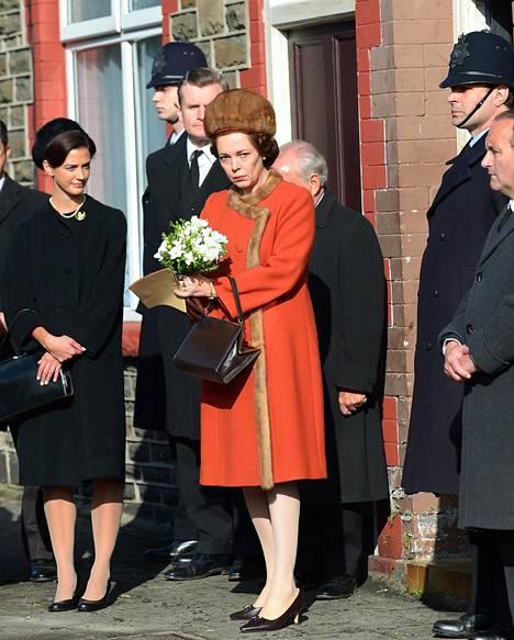 Olivia Colman The Crownin kuvauksissa Walesissa viime vuonna. Sarjan kolmas tuotantokausi saa ensi-iltansa 17. marraskuuta.