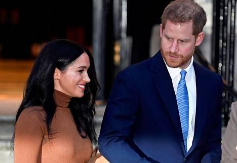 Harryn ja Meghanin ystävä kertoo Peoplelle, ettei herttuapari kokenut saavansa riittävästi tukea perheeltään vaikeina aikoina.