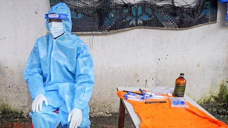 Terveydenhuollon työntekijä odottaa potilaita Mumbaissa 4. heinäkuuta 2020.