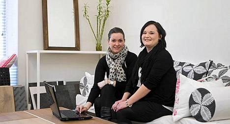 Cocoon Designin sisustussuunnittelijat Saara Jalmanen (vas.) ja Pauliina Raine testasivat Vepsäläisen verkkosivuilta löytyvän sisustusohjelman.