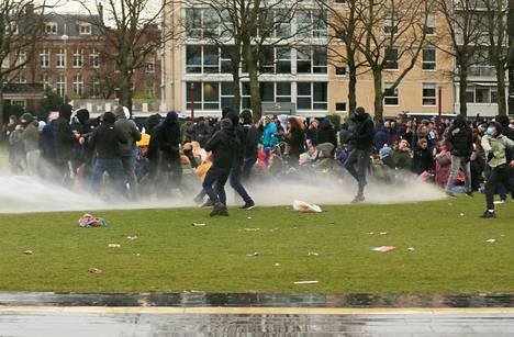 Poliisi käytti myös vesitykkejä mielenosoituksen hajottamiseksi.