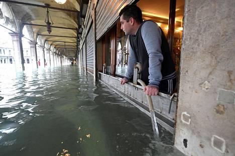 Pyhän Markuksen torilla sijaitsevasta liiketilasta pumpattiin vettä ulos perjantaina.
