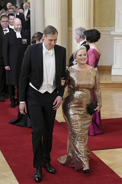 Kultaleijona Marko Anttilan Heidi-puoliso luotti kultaisiin paljetteihin päästä varpaisiin.