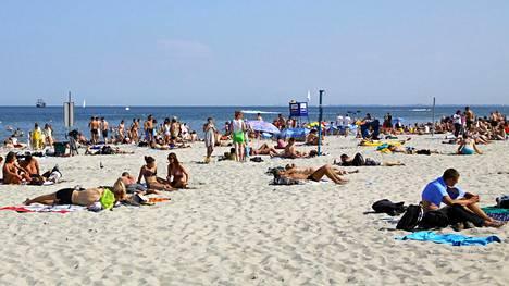 Gdynian hienohiekkainen ranta täyttyy kesäisin auringonpalvojista.