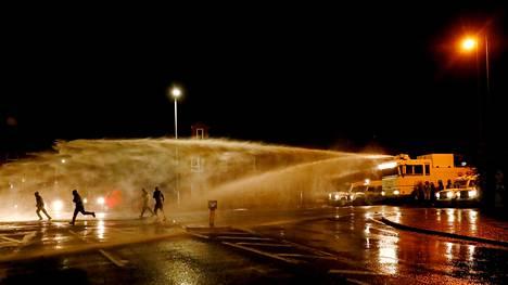 Poliisi käytti mellakoitsijoiden häätämiseen vesitykkejä.