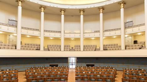Eduskunnan täysistuntosali kuvituskuvassa.