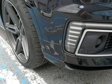 Koeajon yhteydessä auton oikea etunurkka naarmuuntui.