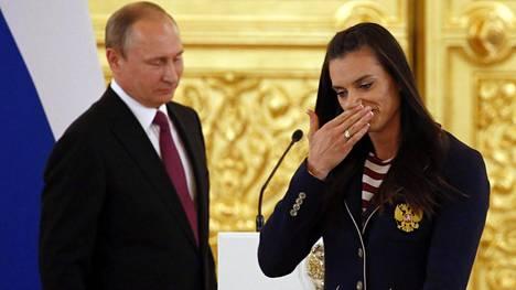 Jelena Isinbajeva ei pääse itse Rioon kilpailemaan, mutta hän piti siitä huolimatta puheen Venäjän presidentin Vladimir Putinin isännöimässä tilaisuudessa Kremlissä.