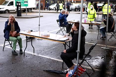 Ealingissä Länsi-Lontoossa kadulle perustettiin pikavauhtia itsetestauspisteitä, kun Britanniassa havaittiin eteläafrikkalaista virusvarianttia, joilla ei ollut yhteyttä matkustamiseen tai aiempiin tartuntaketjuihin. Peräti 80 000 brittiä on kehotettu koronavirustestiin.