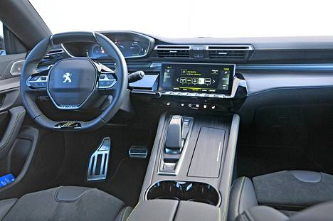 Kuljettajan tuhdolla tapaa tavallisuudesta poikkeavan i-Cockpit -ohjaamon. Se on toimiva, inspiroiva ja käytännöllinen, mutta ei kaikkein väljin.