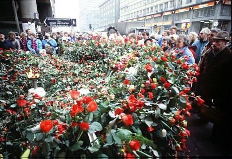 Pääministeri Olof Palmen murhapaikka Tukholman Sveavägenillä täyttyi nopeasti punaisista ruusuista. Paikalle kasattiin ruusuista alttari, jonka keskellä paloi liekki.