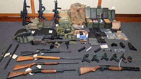 """USA:n rannikkovartioston luutnantti """"unelmoi lähes jokaisen maailman ihmisen tappamisesta"""" – kellarista löytyi massiivinen asekätkö"""
